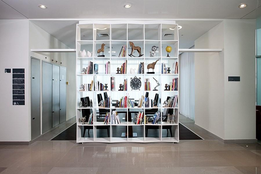 West All Suite Boutique Ashdod Library